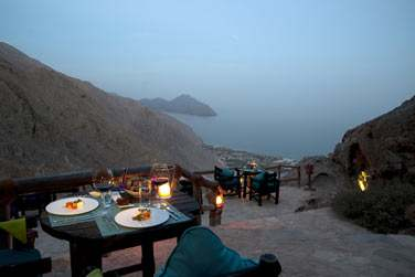 Situé au sommet de la montagne, le restaurant gastronomique 'Sense of the Edge' offre une vue sur la baie naturelle de Zighy.